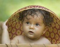 Peuter in een Aziatische hoed Stock Afbeeldingen