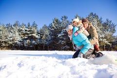Peuter en haar ouders in park Royalty-vrije Stock Afbeeldingen
