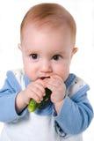 Peuter en komkommer stock foto