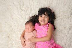 Peuter en Pasgeboren Babyzuster Portrait stock afbeelding