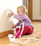 Peuter het spelen met elektriciteit thuis stock afbeeldingen