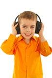 Peuter jongen het luisteren muziek Stock Foto's