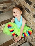 Peuter meisje met tutu en suikergoeduitloper Royalty-vrije Stock Fotografie