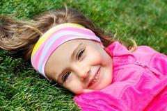 Peuter meisje op groen gras royalty-vrije stock afbeeldingen