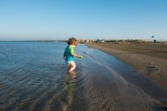 Peuterbaby het spelen in ondiep zeewater royalty-vrije stock fotografie