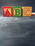 PeuterdieOnderwijs met peuterblokken op een bord wordt getoond Stock Foto's