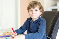 Peuterjong geitjejongen die thuis thuiswerk het schrijven brieven met kleurrijke pennen maken Royalty-vrije Stock Afbeeldingen
