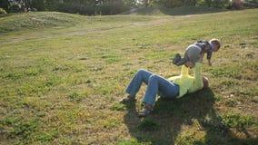 Peuterjongen die aan geliefde grootmoeder in park lopen stock footage