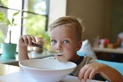 Peuterjongen die soep eten royalty-vrije stock afbeeldingen