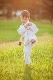 Peuterjongen het praktizeren karate stock foto's