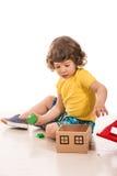 Peuterjongen het spelen met houten huisstuk speelgoed Royalty-vrije Stock Foto's