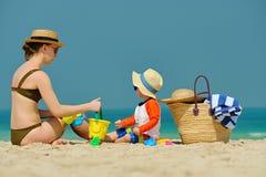 Peuterjongen het spelen met moeder op strand Royalty-vrije Stock Afbeelding