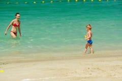 Peuterjongen het spelen op strand met moeder Royalty-vrije Stock Afbeelding
