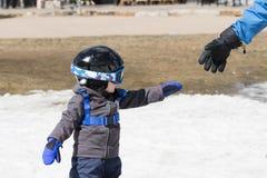 Peuterjongen Klaar aan Ski Dressed voor Veiligheid met Helm & Uitrusting Stock Afbeelding