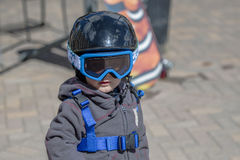 Peuterjongen Klaar om met al Veiligheidstoestel te skien Helm & Uitrusting Stock Fotografie
