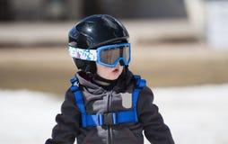 Peuterjongen Klaar om met al Veiligheidstoestel te skien Helm & Uitrusting Stock Afbeeldingen