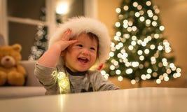 Peuterjongen met een Kerstmanhoed in Kerstmistijd stock afbeelding