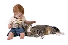 Peuterjongen met kat Stock Afbeelding
