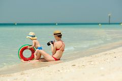 Peuterjongen op strand met moeder Stock Fotografie