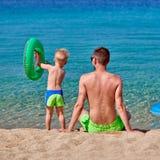 Peuterjongen op strand met vader stock afbeeldingen