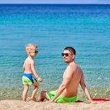 Peuterjongen op strand met vader royalty-vrije stock foto