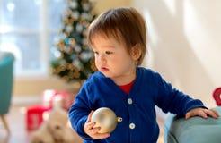 Peuterjongen in zijn huis in Kerstmistijd stock foto's