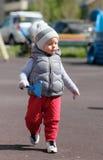Peuterkind in warm vestjasje in openlucht Babyjongen bij speelplaats Royalty-vrije Stock Afbeeldingen