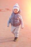 Peuterkind in warm vestjasje in openlucht Babyjongen bij speelplaats tijdens zonsondergang Royalty-vrije Stock Afbeeldingen