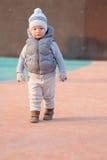 Peuterkind in warm vestjasje in openlucht Babyjongen bij speelplaats tijdens zonsondergang Royalty-vrije Stock Fotografie