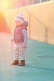 Peuterkind in warm vestjasje in openlucht Babyjongen bij speelplaats tijdens zonsondergang Royalty-vrije Stock Foto