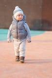 Peuterkind in warm vestjasje in openlucht Babyjongen bij speelplaats tijdens zonsondergang Royalty-vrije Stock Foto's