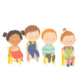 Peuterkinderen die bij stoelen en het glimlachen zitten Royalty-vrije Stock Foto's