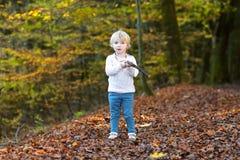 Peutermeisje het spelen in het bos Stock Foto