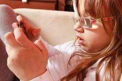 Peutermeisje met verband op oog speelspelen royalty-vrije stock foto's