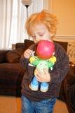 Peuterspelen met stuk speelgoed cijfers Stock Fotografie