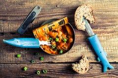 Peuvent les poissons en sauce tomate servie avec du pain Photographie stock