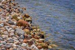 Pewaukee湖海岸线在威斯康辛 免版税库存图片