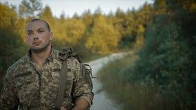 Pewny wojskowego odprowadzenie przez piaskowatą drogę zbiory wideo