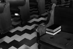 Pews εκκλησιών με τη Βίβλο & το υμνολόγιο, το Μαύρο & το λευκό Στοκ Εικόνες