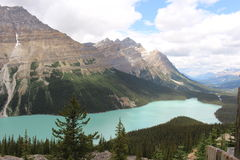 Peyto jezioro i łęku szczyt zdjęcie stock