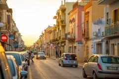 Pezze di格雷科,意大利- 6 05 2018年:小镇Pezze在意大利的南部的di格雷科看法在巴里附近的日落的 免版税库存图片