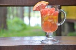 Pezzi affettati di frutta e di verdure in una tazza di vetro con una maniglia Frutta della disintossicazione Verdure di insalate  Fotografia Stock