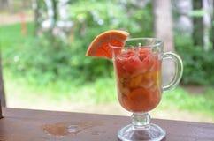 Pezzi affettati di frutta e di verdure in una tazza di vetro con una maniglia Frutta della disintossicazione Verdure di insalate  Fotografia Stock Libera da Diritti