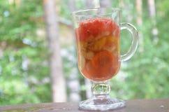 Pezzi affettati di frutta e di verdure in una tazza di vetro con una maniglia Frutta della disintossicazione Insalate sane casali Immagine Stock Libera da Diritti