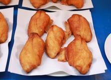 Pezzi affettati di pesce fritto nel mercato dell'alimento della via thailand fotografia stock
