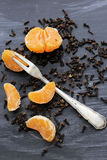 Pezzi arancio con i chiodi di garofano Immagini Stock