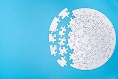 Pezzi bianchi non finiti su fondo blu, l'ultimo pezzo del puzzle di puzzle, spazio della copia immagine stock libera da diritti
