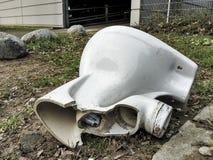 Pezzi ceramici residui rotti del bagno di difetto della toilette immagini stock