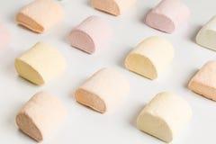 Pezzi colorati di caramella gommosa e molle sulla linea di produzione Fotografia Stock
