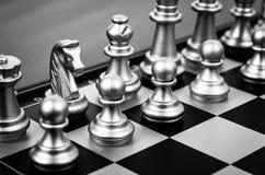 Pezzi degli scacchi in bianco e nero fotografia stock